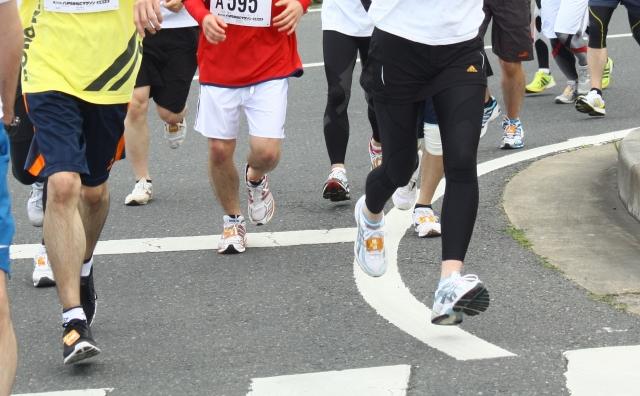 マラソンを走る人々